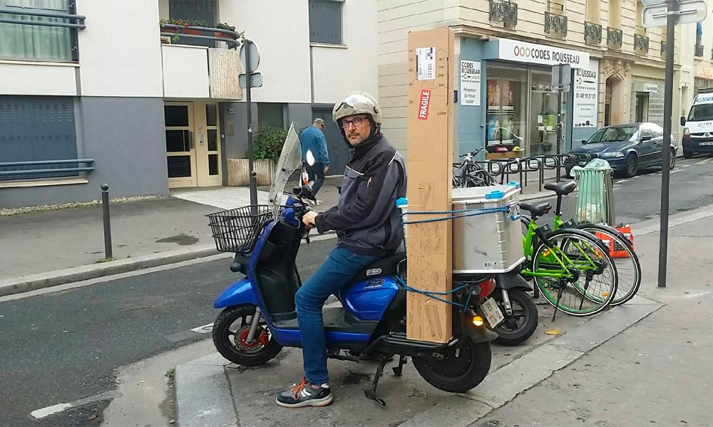 Image à la une – Electricien en scooter électrique Pink Mobility