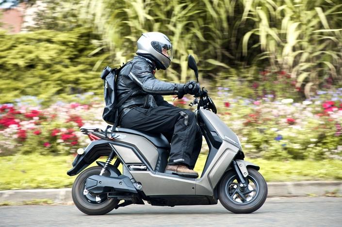 Image à la une – ESSAI – Caradisiac a testé le scooter électrique PinkMe