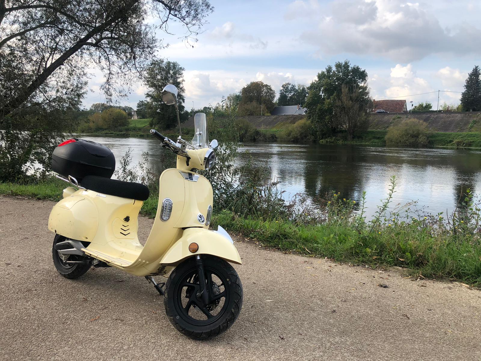 Image à la une – Sur la route à scooter électrique pour Octobre Rose