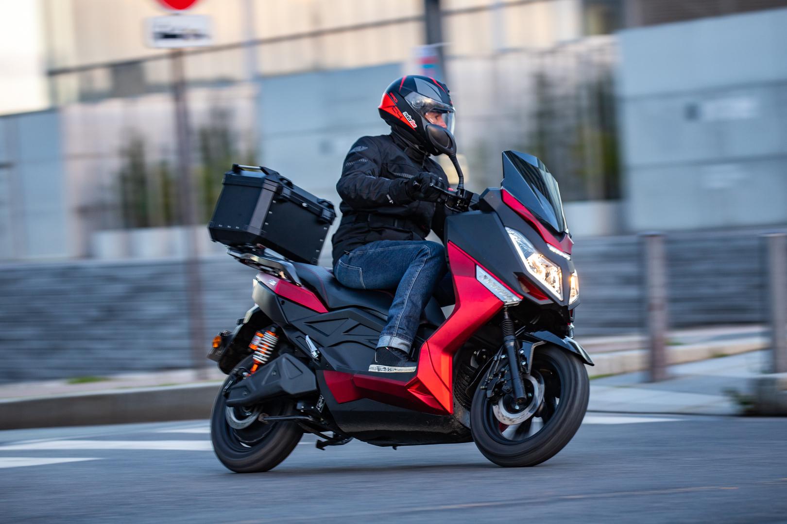 Image à la une – Essai Motorlive : Pink Fly, le scooter électrique 125 routier