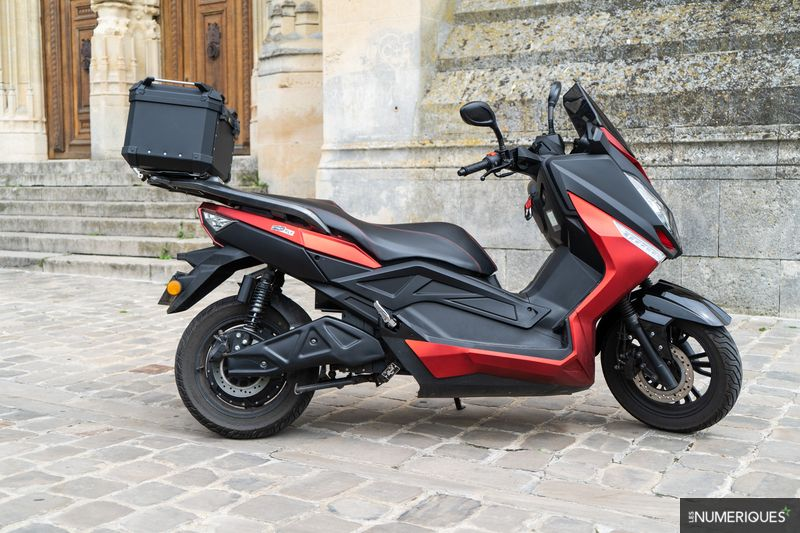 Image à la une – [Les Numériques] Test Pink Fly : un vrai scooter GT électrique